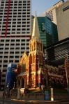 alte Kirche vor neuem Hintergrund