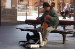 Der eine spielt auf seiner mongolischen Pferdekopf-Geige, der andere auf seinem Handy.