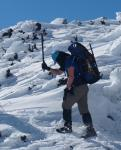Stufen werden ins Eis geschlagen.