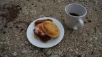 Zweites Frühstück, zubereitet von Nigels Frau. Das gibt Energie für 100 Meilen, meint er.