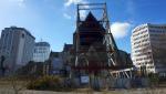 .die schwer beschädigte Kathedrale von Christchurch durch einen Bauzaun fotografiert.